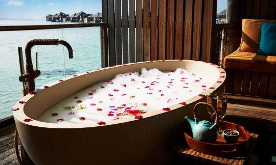 Gili-Lankanfushi-Maldives-Romantic-Bath-at-Meera-Spa